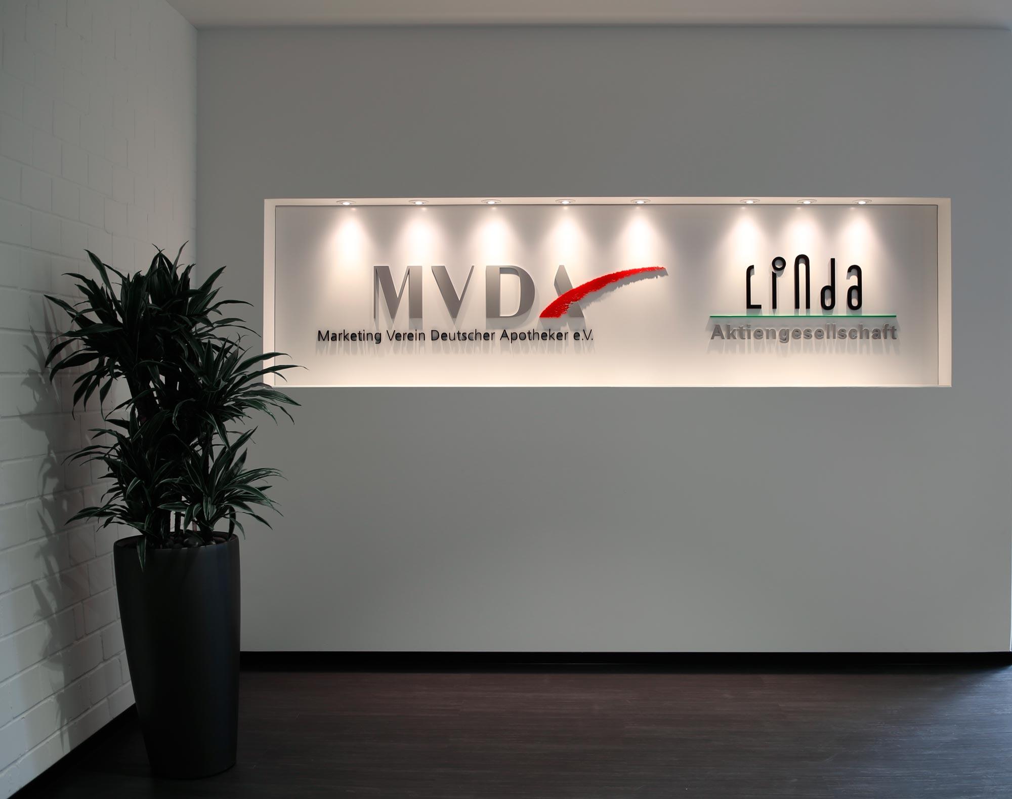 Schild mit 3D Beschriftung aus Acrylglas auf einer Dibond Platte
