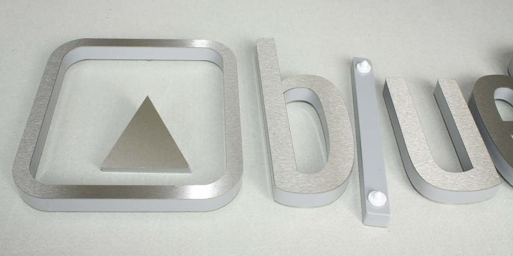 3D Buchstaben aus Metall, 3D Buchstaben Sandwich aus Acrylglas mit Edelstahl Front