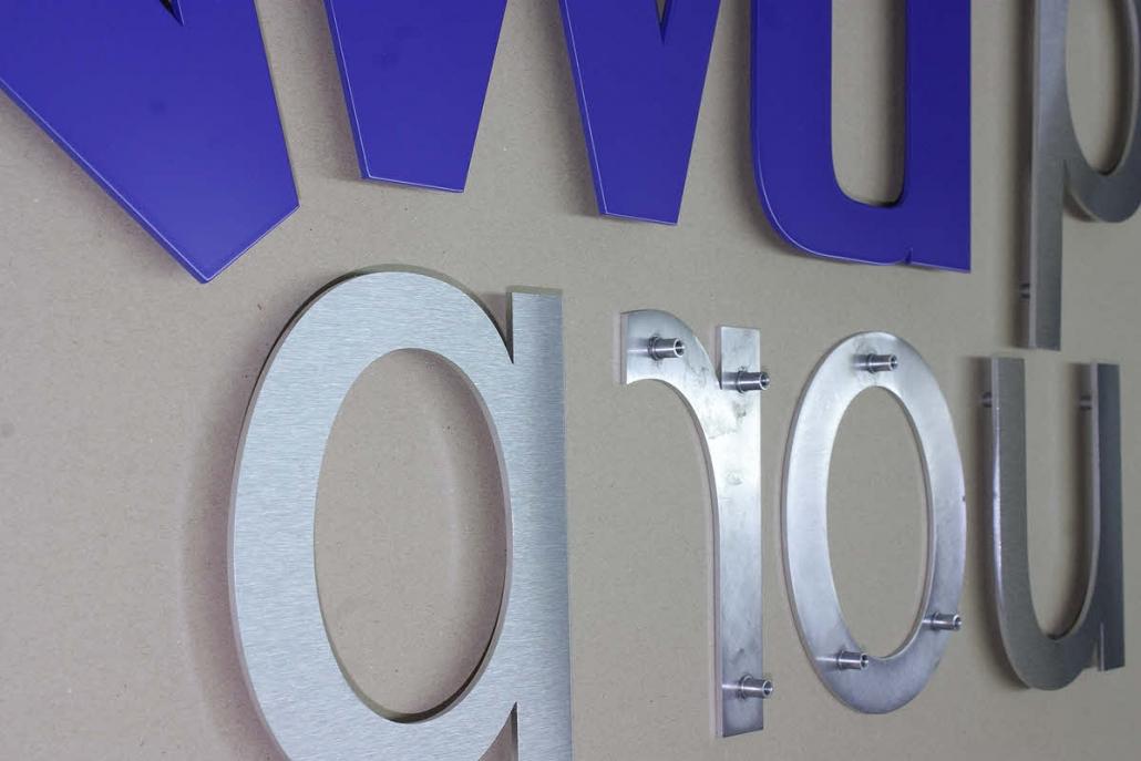 3D Buchstaben aus Metall, 3D Logo aus Edelstahl, teillackiert, mit Gewindehülsen