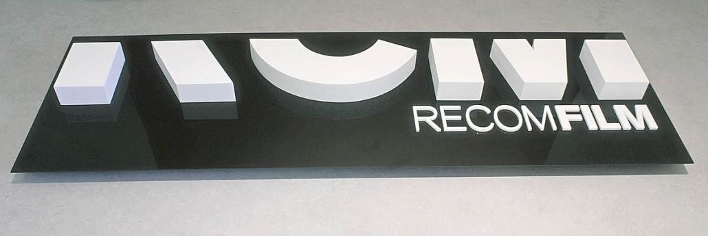 Firmenschilder mit 3D Beschriftung, 3D Schild mit XPS Harstchaum und Acrylglas 8 mm Beschriftung auf 3 mm Acrylglastafel