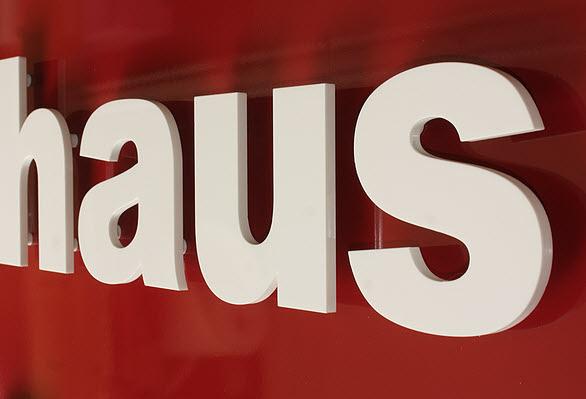 Firmenschilder mit 3D Beschriftung, Detail Buchstaben aus Acrylglas 8 mm