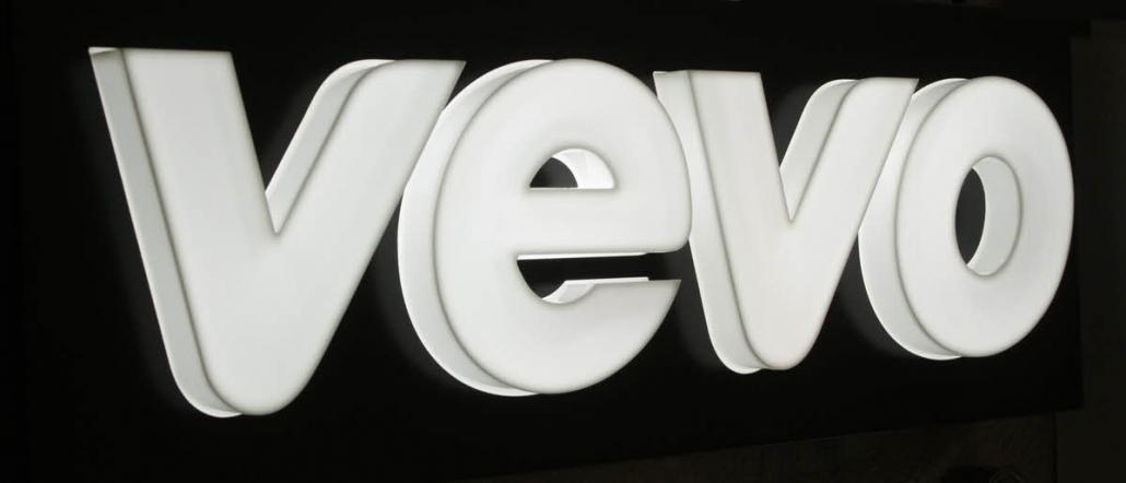 Leuchtschilder & Lichtwerbekästen, LED Leuchtkasten, einseitig, dekupierte und gekanntete Aluhaube mit durchgesteckten 3D Buchstaben in der Profil 8 Version